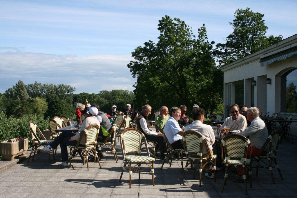 Participez à la vibrante vie du club du Golf d'Ormesson, un lieu convivial aux beaux espaces extérieurs
