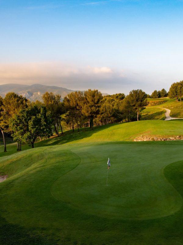 Le chèque-cadeau, meilleur cadeau du montant de votre choix à offrir à un golfeur confirmé ou débutant, afin qu'il profite de l'ensemble du réseaux de golfs d'exception OPEN GOLF CLUB